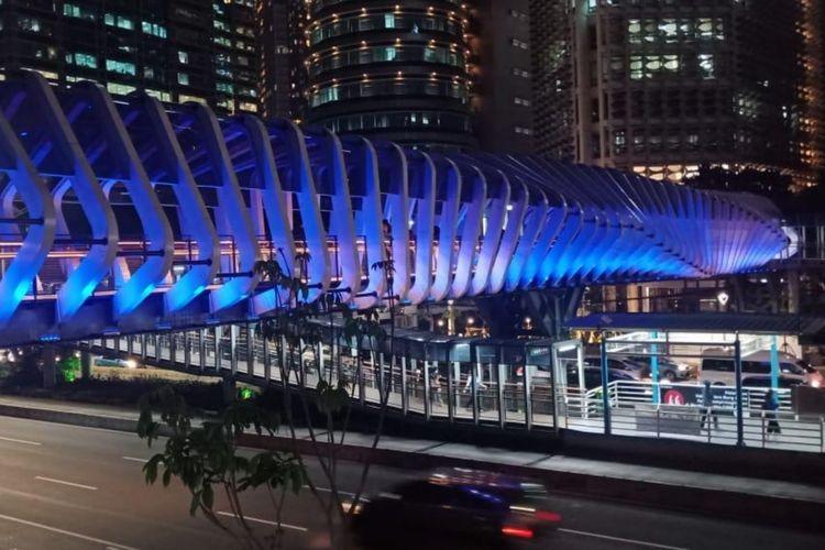 Lampu JPO Gelora Bung Karno dinyalakan berwarna biru untuk memperingati World Autism Month