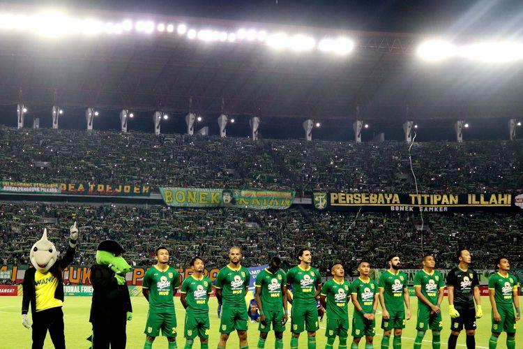 Skuat Persebaya Surabaya saat uji coba melawan Sabah FA yang berakhir dengan skor 3-1 di Stadion Gelora Bung Tomo Surabaya, Jawa Timur, Sabtu (08/02/2020) malam.