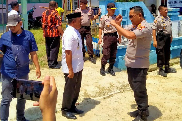 Kapolres Luwu AKBP Dwi Santoso saat memberikan arahan upaya kesiapsiagaan dalam menghadapi bencana dalam di Desa Sampano, Kecamatan Larompong Selatan Rabu (08/01/2020)
