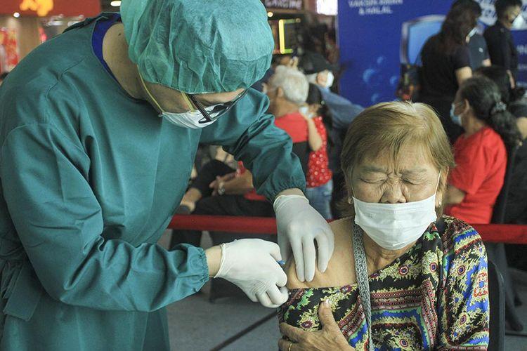 Vaksinasi Covid-19 massal untuk lansia yang berusia 60 tahun ke atas berlangsung di Mal Palembang Icon (Picon), Palembang, Sumatera Selatan, Selasa (16/3/2021). Kegiatan vaksinasi ini diikuti oleh ratusan lansia yang sebelumnya telah mendaftar secara online.