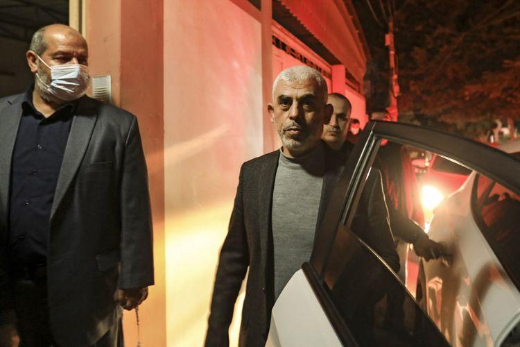Yahya Sinwar kepala politik Hamas di Gaza, mengunjungi rumah sesama pemimpin Hamas, Nizar Awadallah, di Gaza pada 10 Maret 2021, jelang pemilihan kembali dirinya sebagai pemimpin de facto Hamas di Gaza.
