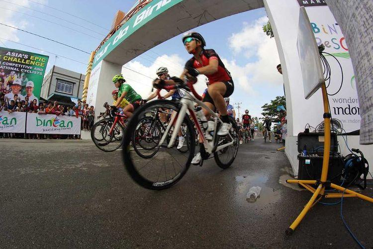 Dampak dari virus Corona ajang balap sepeda Tour de Bintan 2020 terpaksa ditunda yang rencananya akan digelar pada 27-29 Maret 2020. Hal ini dilakukan karena untuk keselamatan para peserta dan masyarakat. Bahkan dari penundaan ini, pihak pelaksana terpaksa menelan kerugian mencapai 5000 US Dollar atau setara Rp 7 miliar.