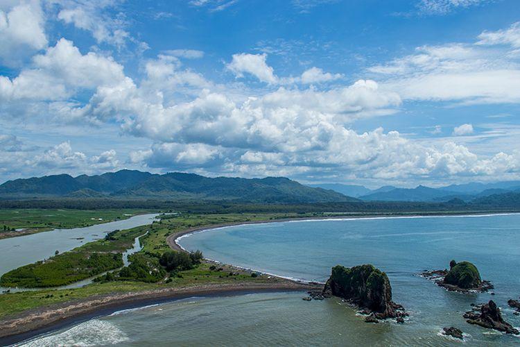 Keindahan Teluk Love nan romantis di sisi timur kawasan Pantai Payangan, Jember.