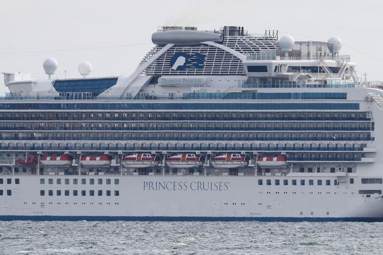 Dek atas dari kapal pesiar Diamond Princess dengan kapasitas lebih dari 3.000 orang terlihat kosong ketika bersandar untuk menjalani karantina di Pelabuhan Yokohama pada 4 Februari 2020. Sebanyak 10 orang dalam kapal itu dilaporkan resmi terinfeksi virus corona.