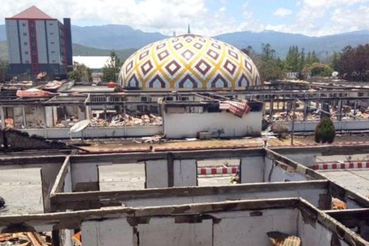 Suasana ruangan Kantor Bupati Jayawijaya yang terbakar saat aksi unjuk rasa di Wamena, Jayawijaya, Papua, Kamis (26/9). Kerusuhan yang terjadi pada Senin (23/9) tersebut mengakibatkan puluhan orang meninggal dan sejumlah bangunan terbakar dan rusak.