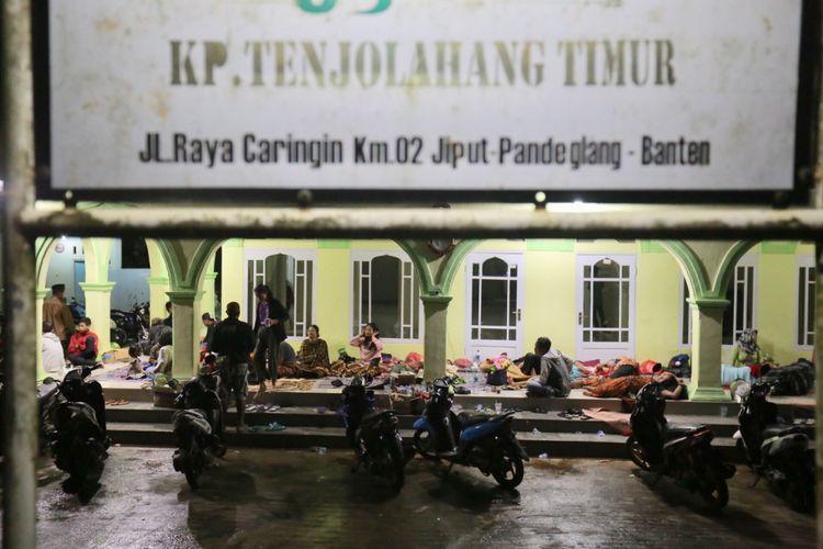 Sejumlah warga yang selamat akibat gelombang tsunami yang melanda pantai carita mengungsi di salah satu Masjid Kampung Tenjolahang Timur, Caringin Pandeglang, Banten, Minggu (23/12/2018). Informasi dari Badan Nasional Penanggulangan Bencana ( BNPB) data terkini korban hingga pukul 16.00 WIB, yaitu 222 orang meninggal dunia, 843 orang luka-luka dan 28 orang belum ditemukan.