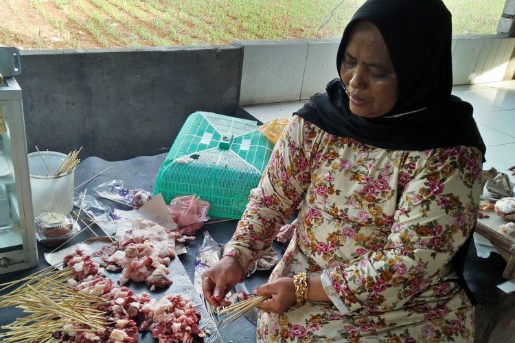 Suparti, pemilik warung sate Lowayu yang masih ikut turun tangan dalam melayani pesanan sate yang dipesan oleh pengunjung.