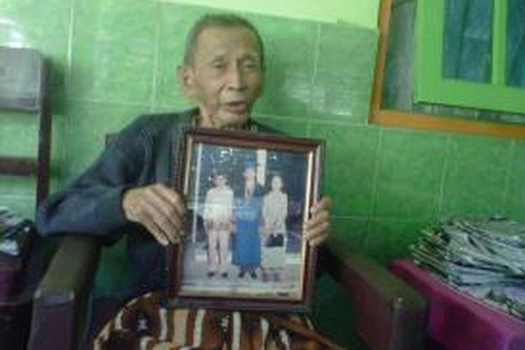 Dj Tjokro Widojo (89), ayah Gatot Pujo Nugroho, Gubernur Sumatera Utara, menunjukkan foto Gatot saat wisuda S2 ITB.