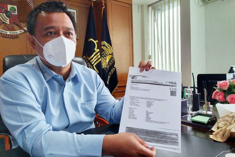 Kepala Kantor Imigrasi Bandara Soekarno-Hatta Romi Yudianto menunjukkan fotokopi dari selembar visa elektronik palsu di kantornya, Selasa (30/3/2021).