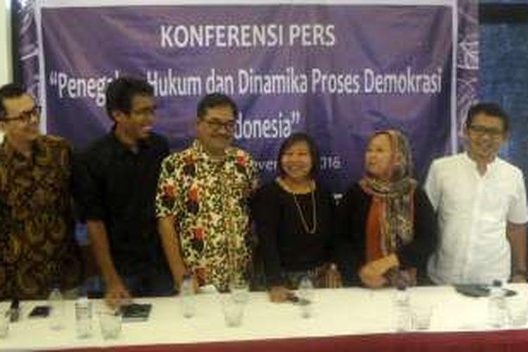 Sejumlah tokoh dari organisasi masyarakat sipil menggelar diskusi untuk menyikapi dinamika sosial dan penegakan hukum serta proses demokrasi di Indonesia, di kawasan Cikini, Jakarta Pusat, Selasa (15/11/2016).