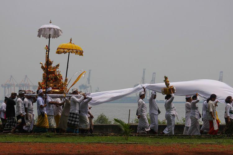 Umat Hindu mengikuti upacara Melasti di Surabaya, Jawa Timur, Minggu (3/3/2019). Upacara rangkaian Hari Raya Nyepi yang diikuti ribuan umat Hindu tersebut bertujuan untuk mensucikan diri secara lahir dan batin.
