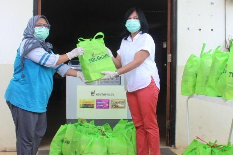 Sido Muncul memberikan bantuan berupa paket obat herbal dan perlengkapan kebutuhan sehari-hari untuk lansia di Panti Sosial Tresna Werdha 4 Cengkareng, Jakarta Barat, Jumat (21/3/2020).