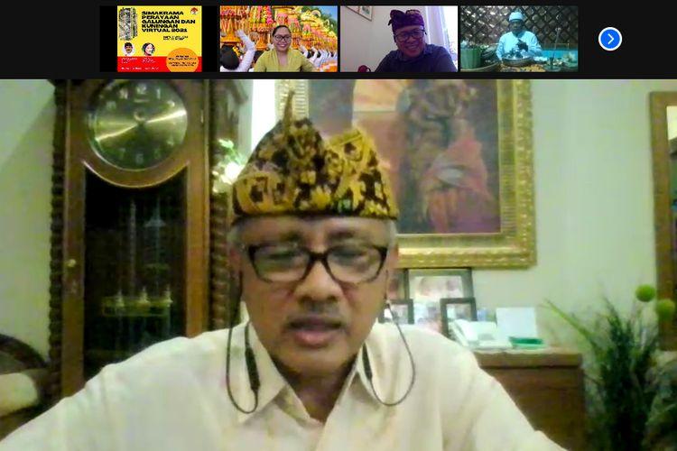 Bapak Ida Bagus Sumahendra dari Banten memimpin ibadah dari Galungan dan Kuningan yang diselenggarakan KBRI Roma, Sabtu (24/4/2021).