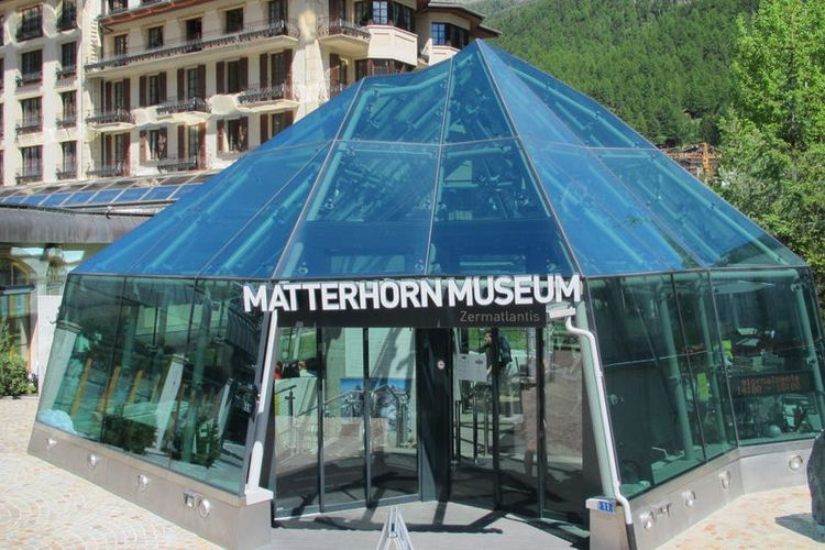 Pintu masuk museum bawah tanah di Zermatt, Swiss bernama Matterhorn Museum (https://www.zermatt.ch/ - Zermatt Tourismus).