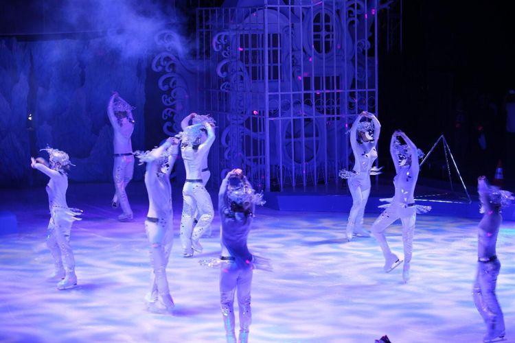 Para pemain sirkus dalam pertunjukan Cirque de Soul on Ice di Mall Kelapa Gading, Jakarta.