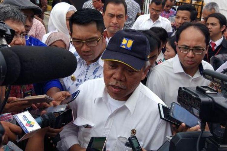 Menteri Pekerjaan Umum dan Perumahan Rakyat (PUPR) Basuki Hadimuljono dan Wali Kota Bandung Ridwan Kamil usai peresmian Jembatan Antapani di Bandung, Selasa (24/1/2017).