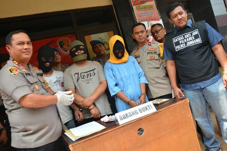 Para pelaku judi Pilkades saat ditampilkan dihadapan wartawan di Mapolres Jombang, Jawa Timur, Minggu (3/11/2019).