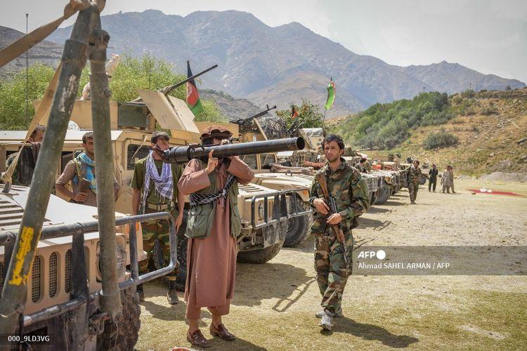 Seorang milisi berdiri bersama anggota pasukan pemerintah Afghanistan pada 19 Agustus 2021. Wakil Presiden Amrullah Saleh dan pemimpin milisi lokal Ahmad Massoud dilaporkan membentuk kembali kelompok perlawanan terhadap Taliban di Lembah Panjshir.