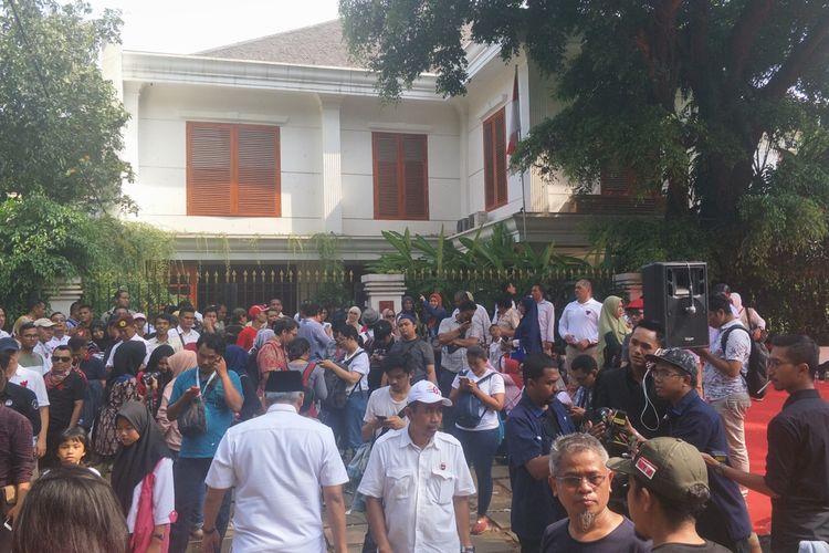 Para pendukung dan relawan pasangan calon nomor urut 02 Prabowo Subianto-Sandiaga Uno mendatangi kediaman Prabowo di Jalan Kertanegara, Jakarta Selatan, Rabu (17/4/2019).