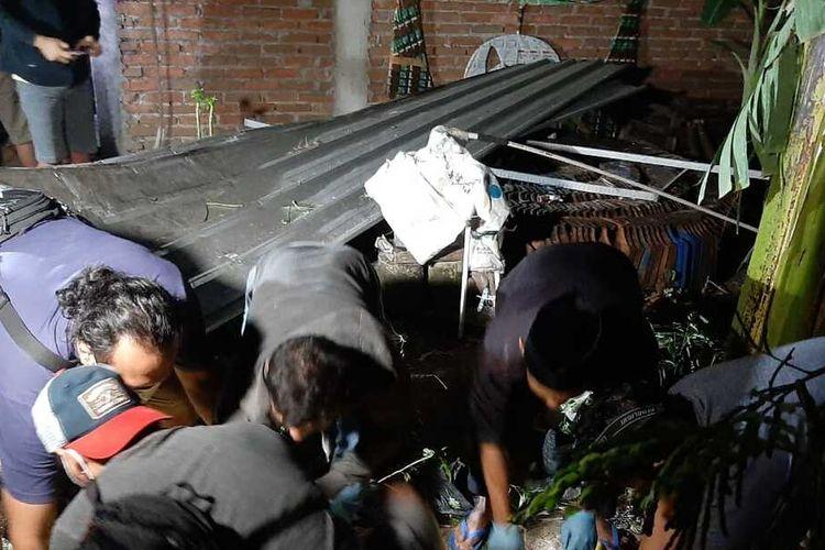 ANGKAT JENAZAH—Warga mengangkat jenazah Sunardi (26) warga Dukuh Ngasinan, Desa Sukorejo, Kecamatan Sukorejo, Kabupaten Ponorogo, Jawa Timur, Selasa (27/4/2021) malam