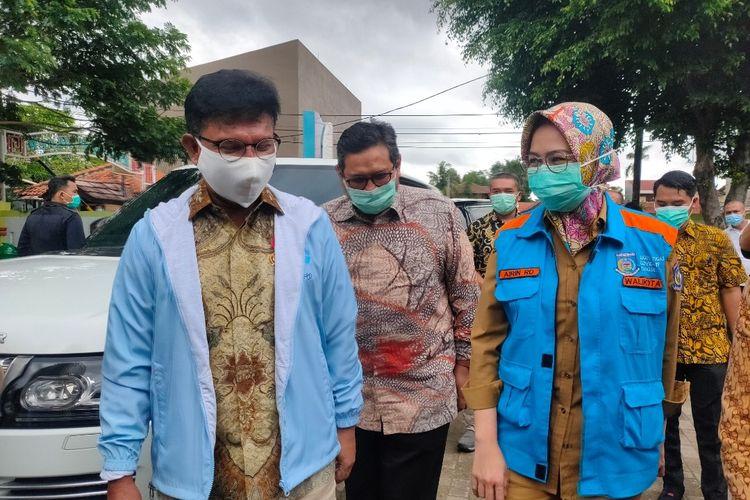 Menkominfo Johnny G Plate (Kiri) bersama Wali Kota Tangerang Selatan Airin Rachmi Diany (Kanan)mengunjungi Puskesmas Jurang Mangu, Tangerang Selatan, Selasa (12/1/2021)