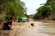 Warga Hanyutkan Keranda Jenazah untuk Menyeberangi Sungai, Kades: Warga Sudah Biasa...