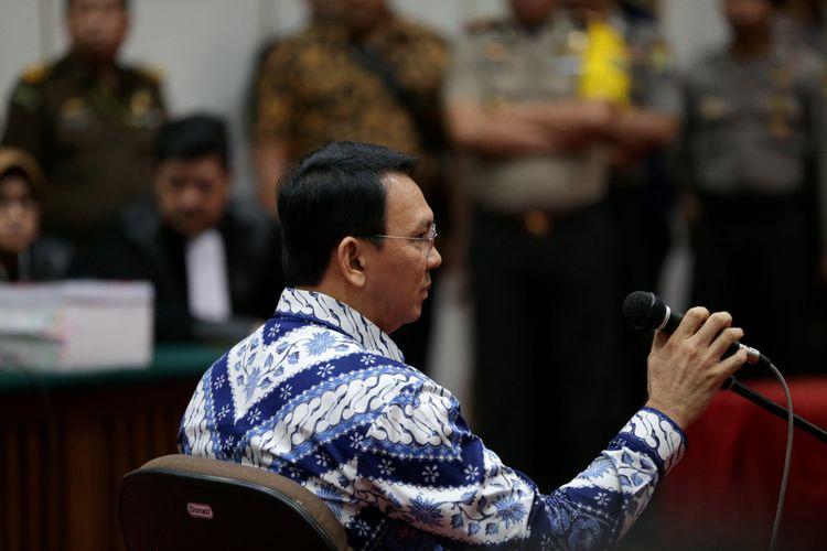 Terdakwa kasus dugaan penodaan agama, Basuki Tjahaja Purnama atau Ahok mengikuti sidang pembacaan putusan di Pengadilan Negeri Jakarta Utara di Auditorium Kementerian Pertanian, Jakarta Selatan, Selasa (9/5/2017). Majelis hakim menjatuhkan hukuman pidana 2 tahun penjara. Basuki Tjahaja Purnama dan kuasa hukumnya menyatakan banding. POOL/KOMPAS IMAGES/KRISTIANTO PURNOMO