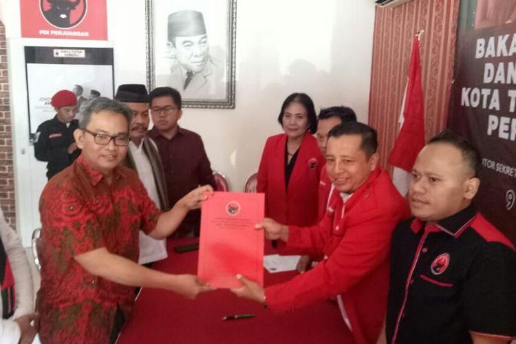 Tim Pemenangan Siti Nur Azizah, mengambil formulir bakal calon Wali Kota Tangsel priode 2019-2025  di Dewan Pimpinan Cabang (DPC) PDI Perjuangan Jalan Raya Boulevard Ruko Venice Arcade Blok lD/09 Graha Raya Bintaro, Serpong Utara, Tangsel, Senin (9/9/2019).