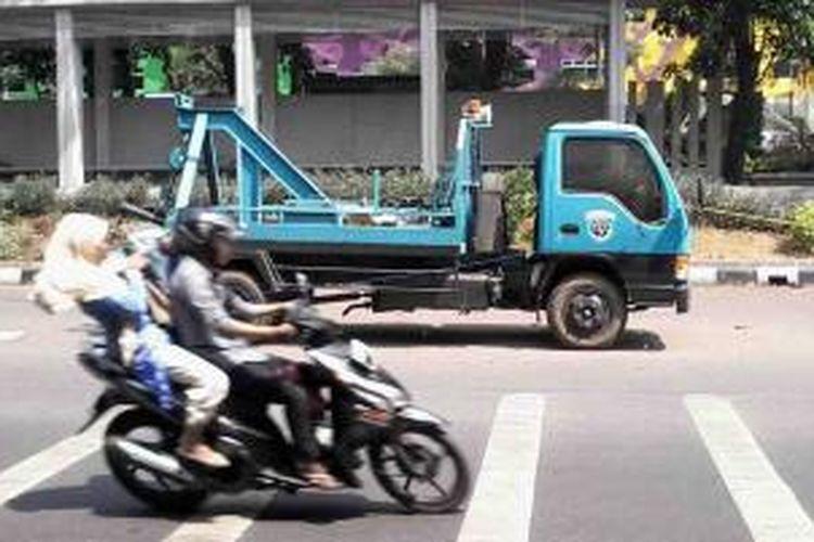 Sebuah mobil derek milik Dinas Perhubungan DKI Jakarta diparkir di sekitar apartemen Kalibata City, Jakarta Selatan, Selasa (2/9/2014).