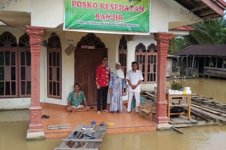 Banjir kembali menggenangi permukiman warga di Desa Kasang Mungkal, Kecamatan Bonai Darussalam, Kabupaten Rohul, Riau, Selasa (10/12/2019). Posko kesehatan telah dibuka pemerintah kecamatan setempat disetiap desa yang dilanda banjir.