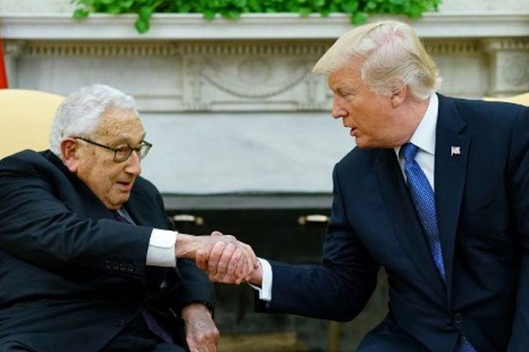 Mantan Menteri Dalam Negeri AS Henry Kissinger (kiri) saat bertemu dengan Presiden AS Donald Trump di Gedung Putih.