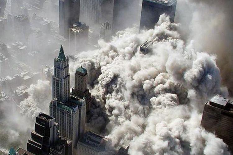 Dokumentasi New York Police Department (NYPD) diambil dari udara menunjukkan kepulan debu dan asap tak lama setelah serangan yang meruntuhkan menara World Trade Center di pusat kota Manhattan, New York, (11/9/2001).
