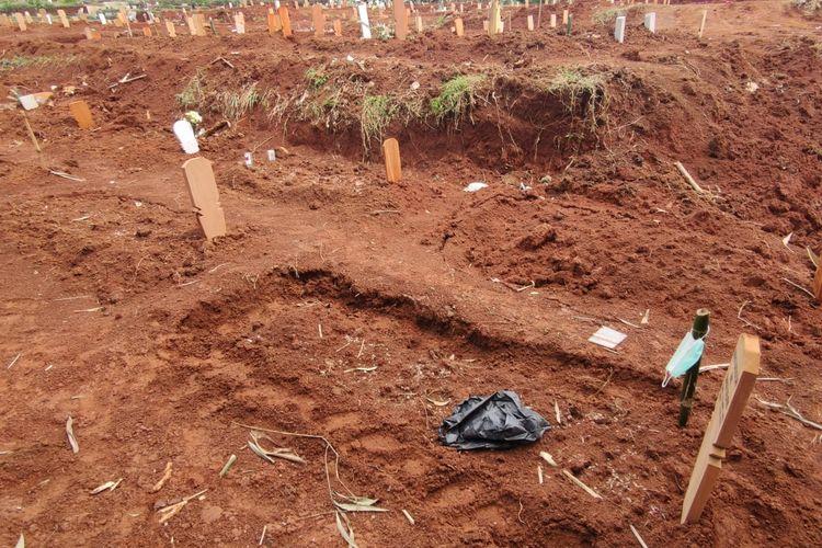 Sejumlah makam pasien Covid-19 di di Tempat Pemakaman Umum (TPU) Pasir Putih, Sawangan, Kota Depok, Jawa Barat, amblas, Kamis (22/7/2021).