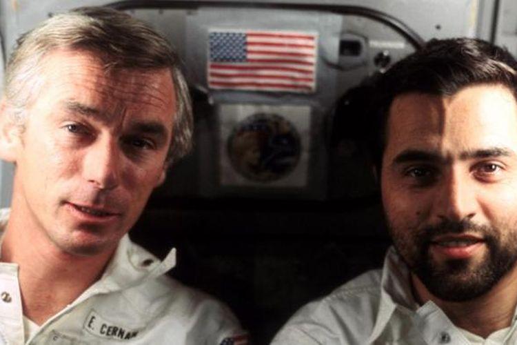 Dalam foto yang diambil pada 17 Desember 1972 ini, Eugene Cernan (kiri) terlihat bersama Harrison Schmitt di dalam modul Apollo 17 yang tengah menjalani misi terakhir pendaratan di Bulan. Foto ini diambil astronot ketiga dalam misi itu, Ronald Evans.