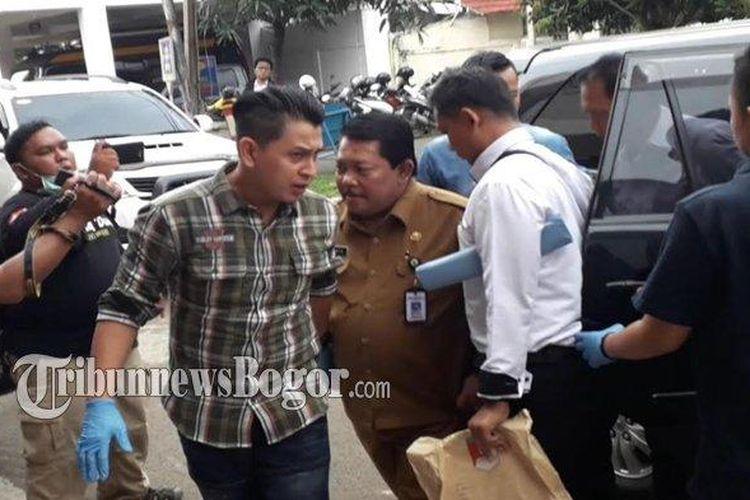 Pejabat Dinas Pemerintah Kabupaten Bogor berinisial IR terjaring operasi tangkap tangan (OTT) polisi di Kantor Dinas Perumahan Kawasan Pemukiman dan Pertanahan (DPKPP) Kabupaten Bogor, Selasa (3/3/2020).