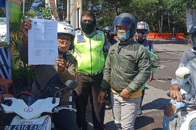 Satlantas Polres Jembrana memeriksa para pengendara di Pos Penyekatan larangan mudik.
