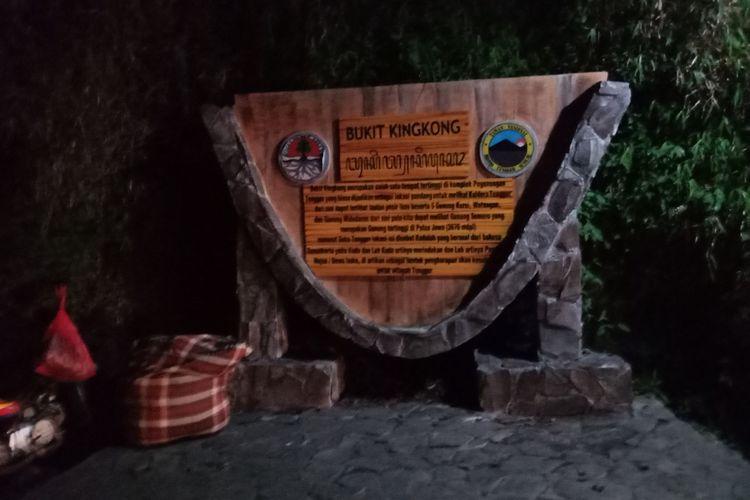 Bukit Kingkong, jadi salah satu tempat melihat matahari terbit, di Kawasan Bromo Tengger, di Desa Wonokitri, Kecamatan Tosari, Kabupaten Pasuruan, Jawa Timur, saat dini hari sebelum matahari terbit, Sabtu (21/4/2018).