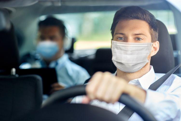 Ilustrasi memakai masker di dalam mobil. Ahli ingatkan meski di dalam mobil yang tertutup, masker lebih baik tetap dikenakan. Penggunaan masker yang konsisten dapat efektif menurunkan kasus penularan Covid-19.