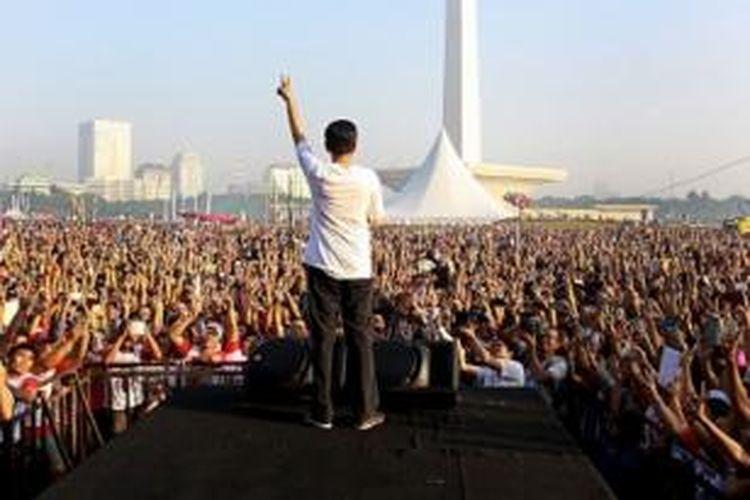 Capres nomer urut 2 Joko Widodo atau Jokowi saat melepas ribuan peserta acara Gerak Jalan Revolusi Mental di Kawasan Monas, Jakarta, Minggu (22/6).