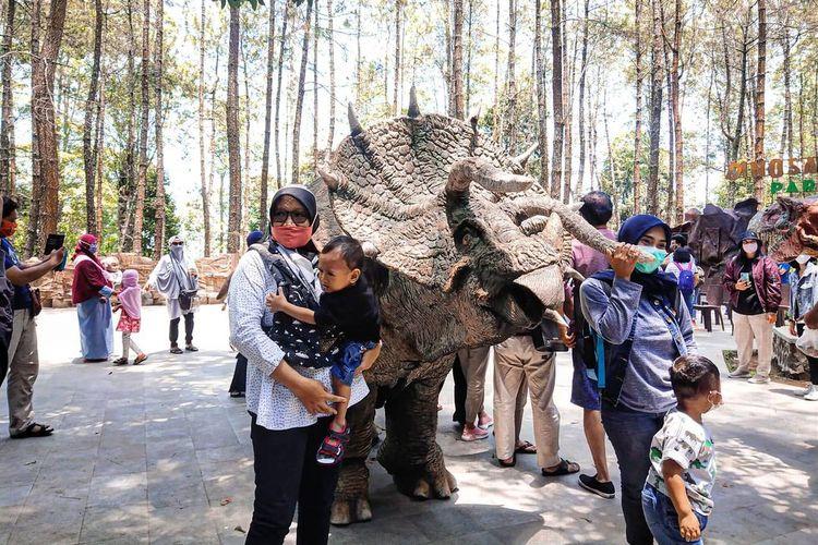 Para dinosaurus yang berinteraksi dengan wisatawan di tempat wisata di Magetan, Jawa Timur bernama Mojosesemi Dinosaurus Park.