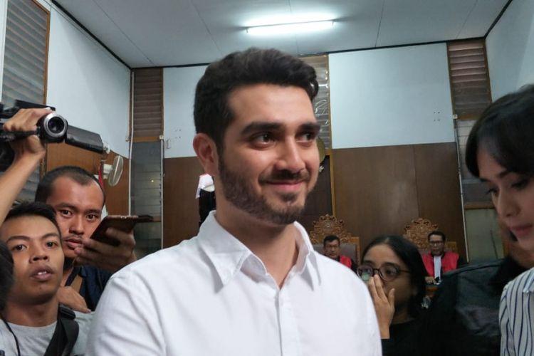 Terdakwa Fachri Albar seusai mendengarkan putusan majelis hakim yang memvonis dirinya menjalani rehabilitasi selama 7 bulan. Sidang pembacaan putusan itu digelar di Pengadilan Negeri Jakarta Selatan, Selasa (10/7/2018) sore.