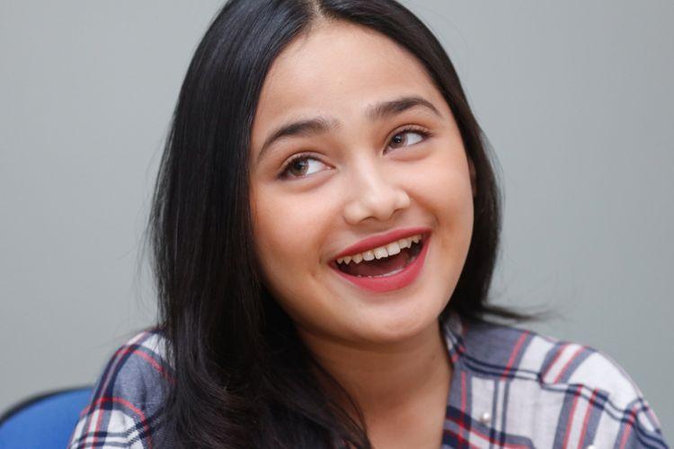 Artis peran Syifa Hadju dalam sesi wawancara saat promo film Ayat-ayat Cinta 2 di kantor Redaksi Kompas.com, Palmerah, Jumat (8/12/2017). Syifa memerankan tokoh Fatimah dalam film yang disutradarai oleh Guntur Soehardjanto dan dijadwalkan tayang di bioskop pada 21 Desember 2017.
