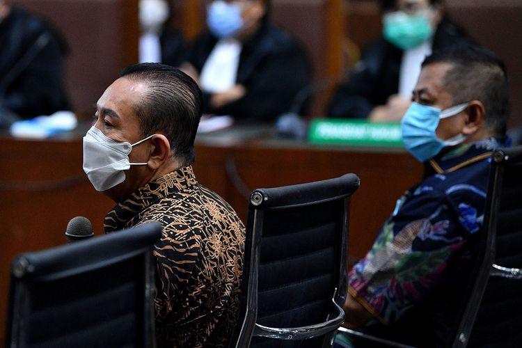 Terpidana kasus cessie Bank Bali Djoko Tjandra (kiri) selaku terdakwa dugaan suap kepada jaksa, perwira tinggi Polri serta pemufakatan jahat, dan Tommy Sumardi selaku terdakwa perantara suap menjalani sidang lanjutan di Pengadilan Tipikor, Jakarta, Selasa (10/11/2020). Sidang tersebut beragendakan pemeriksaan sejumlah saksi yang dihadirkan oleh Jaksa Penuntut Umum. ANTARA FOTO/Sigid Kurniawan/aww.