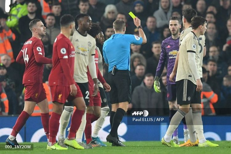 Para pemain Manchester United, termasuk kiper David de Gea, melancarkan protes pada wasit Craig Pawson dalam pertandingan menghadapi Liverpool di Stadion Anfield, Minggu (19/1/2020).