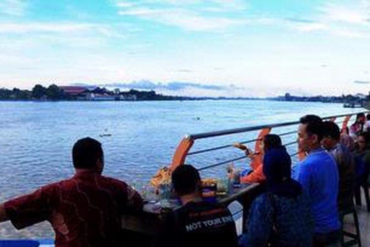 Sungai Batanghari menjadi tempat favorit masyarakat Kota Jambi untuk menghabiskan waktu pada sore hari.