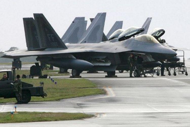 Jet tempur milik AS, F-22 Raptor, di Pangkalan Udara Kadena, Okinawa, Jepang. AS melarang serdadunya mengonsumsi alkohol dan meninggalkan barak