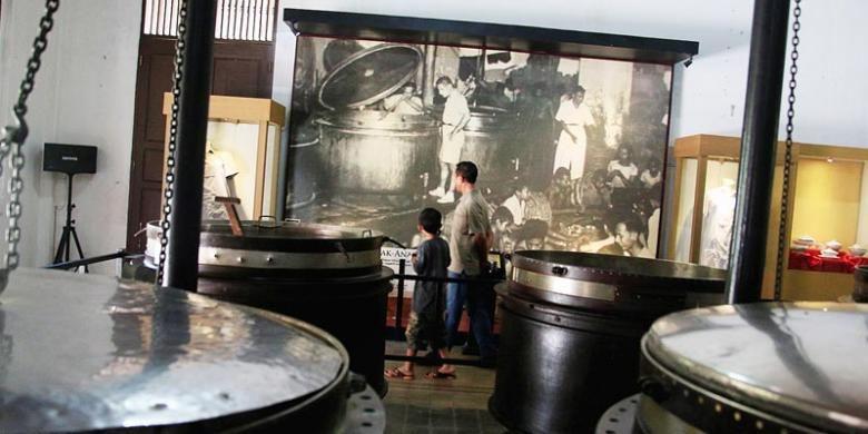 Pengunjung melihat koleksi Museum Goedang Ransoem di Kota Wisata Tambang Sawahlunto, Sumatera Barat, Kamis (22/5/2014). Museum Goedang Ransoem merupakan salah satu peninggalan pemerintah kolonial ketika menjadikan Sawahlunto sebagai kota tambang penghasil batubara sejak tahun 1888.