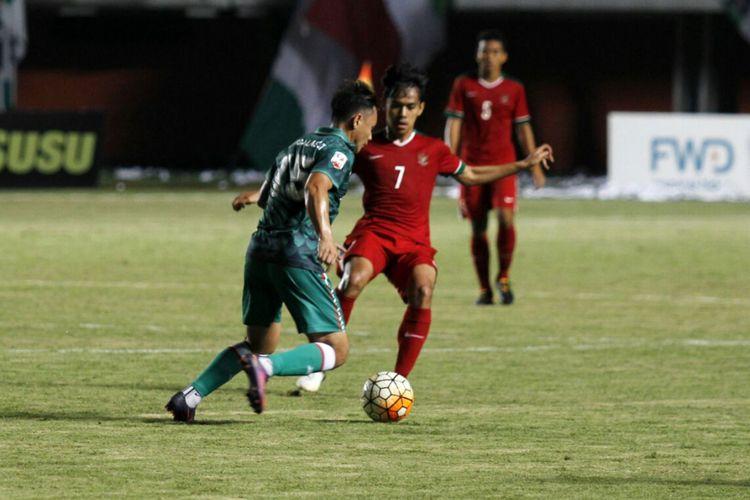 Pemain PSS Sleman, Mahadirga Lasut, saat berusaha melewati pemain timnas U-19, Luthfi Kamal. Uji coba timnas U-19 melawan PSS Sleman pada 12 Agustus 2017 kemarin berakhir imbang dengan skor 2-2.