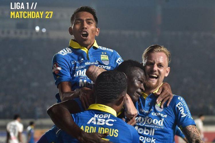 Penyerang Ezechiel NDouassel (tengah) melakukan selebrasi usai mencetak gol ke gawang PSIS Semarang pada laga Persib Bandung vs PSIS Semarang, di Stadion Si Jalak Harupat, Kabupaten Bandung, Rabu (6/11/2019).