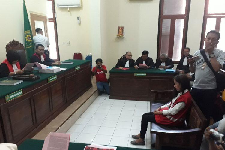 Mucikari ES dalam sidang perdana di PN Surabaya, Senin (25/3/2019)